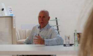 Steve McCurry durante la conferenza stampa