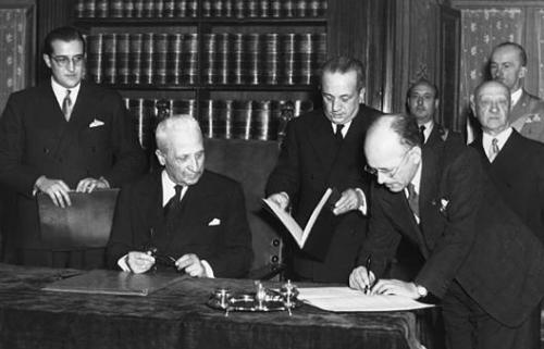 Umberto Terracini firma la Costituzione italiana