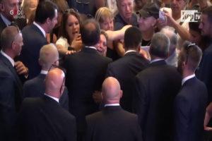 L'abbraccio ai parenti delle vittime © Youtube La Repubblica