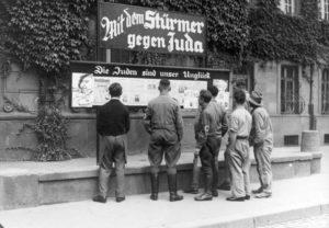 Gli-ebrei-sono-la-nostra-disgrazia-©-Bundesarchiv-Bild-133-075-CC-BY-SA-3.0