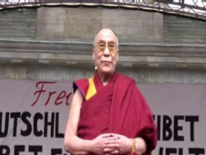 Il Dalai Lama a Berlino © youtube starpixler