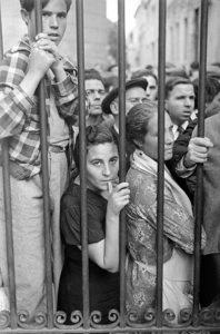 Gerda Taro, Davanti all'obitorio dell'ospedale di Valencia, maggio 1937 © Helenajaneczek.com