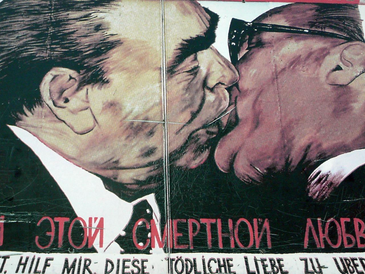 Il bacio fra Leonid Breznev ed Erich Honecker