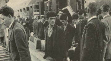 Italiani alla stazione di Wolfsburg in un giornale dell'epoca © sconosciuto