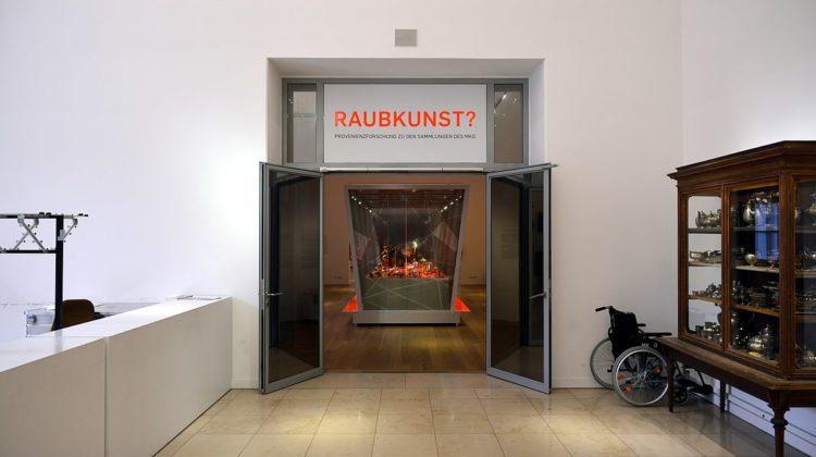 Sala espositiva nel Museo delle Arti e Mestieri di Amburgo con pezzi di origine poco chiara © Nightflyer CC BY-SA 4.0 Flickr