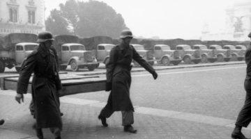 Soldati-tedeschi-portano-via-quadri-dal-Museo-nazionale-di-Napoli-©-Bundesarkiv-B-101I-729-0001-16-Meister-©-CC-BY-SA-3.0