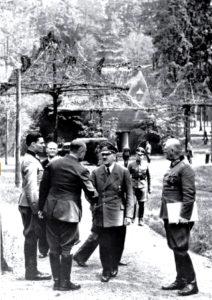 Stauffenberg Hitler Keitel © Bundesarkiv 146-1984-079-02 © CC BY-SA 3.0
