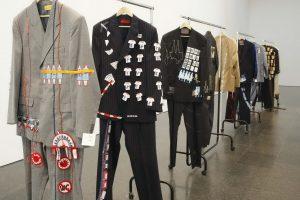 Alice Creischer e Andreas Siekmann - Brukman Suits © Fotoarchiv Museo Nacional Centro de Arte Reina Sofia Courtesy die Künstler-innen & VG Bild-Kunst Bonn