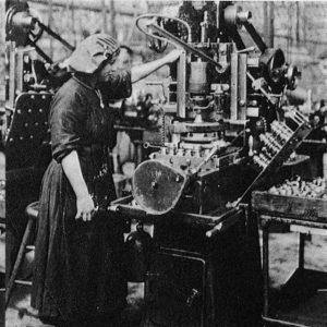 Operaia in fabbrica meccanica