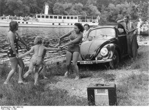 Erholung-am-Flussufer-©-Bundesarkiv-B-146II-732-©-CC-BY-SA-3