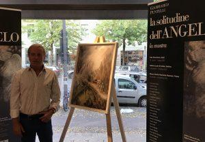 Franco Carletti con l'opera che il maestro donerà all'Ambasciata Italiana