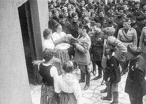 Immagini di propaganda fascista - Mussolini e l'offerta delle spighe 1938