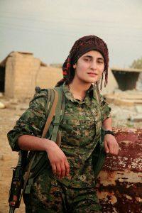 Una combattente dello YPJ Rojava © CC BY-SA 4.0 Denilaur WC