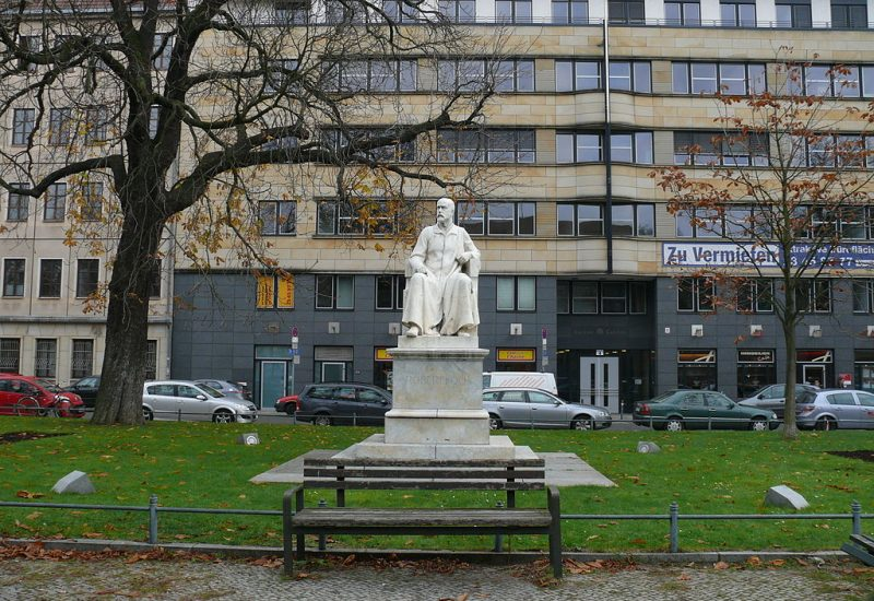 Robert Koch Platz © CC BY-SA 3.0 Fridolin freudenfett (Peter Kuley) WC