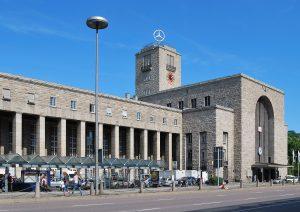 L'attuale stazione centrale di Stoccarda  Harke, Stuttgart Hauptbahnhof 2010-09-06, CC BY-SA 3.0